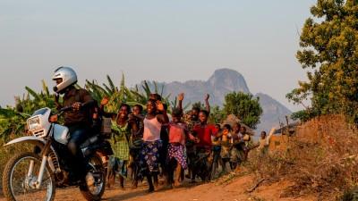 Children from Mpandasoni Village wave goodbye to Madalitso Nyangulu, Opthalmic Clinical Officer ©RachelPalmer/FieldcraftStudios